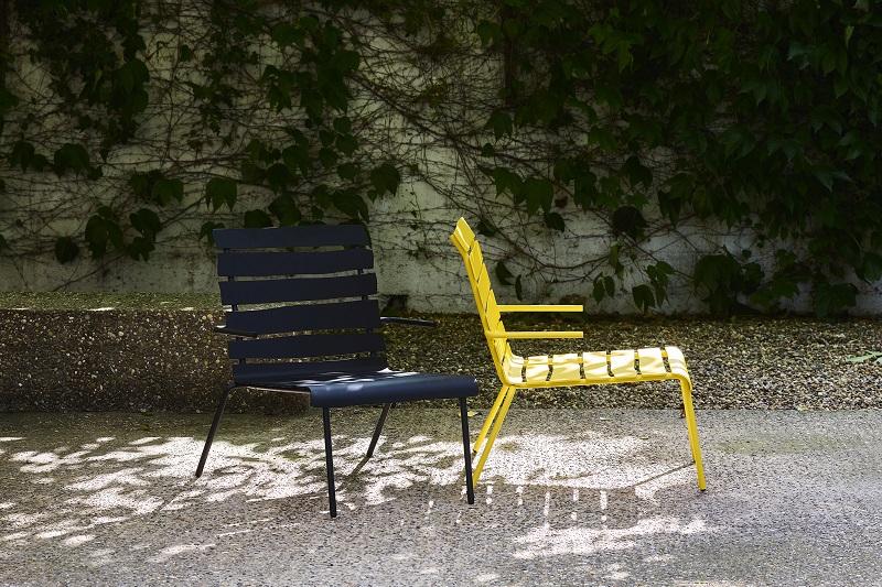 Aligned chairs by Maarten Baas